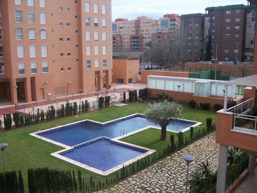 Los mejores pisos con piscina en alquiler idealista news - Pisos con piscina en barcelona alquiler ...
