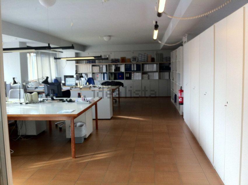 Mobiliario oficina pamplona amazing estudio oficinas loft for Alquiler oficina torrent