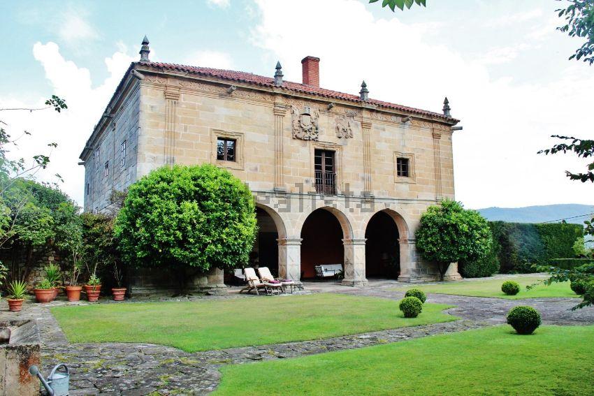 Palacio s.XVI con piscina climatizada en venta en Puente Viesgo