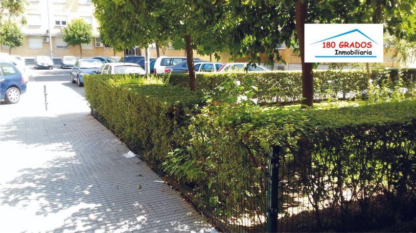 Piso en calle Santa María de Ordás, Ctra. de Carmona-Miraflores, Sevilla
